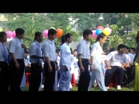 Học sinh khối 10AD 2013-2014 THPT Trịnh Hoài Đức diễu hành 5/9/2013