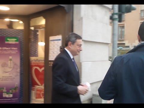 Milano: Mario Draghi in farmacia, poi il presidente della BCE evita le domande