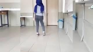 Türbanlı Türk Liselı Kız Sınıfta Twerk Yapıp Meme Açıyor / Silinmeden Izle !