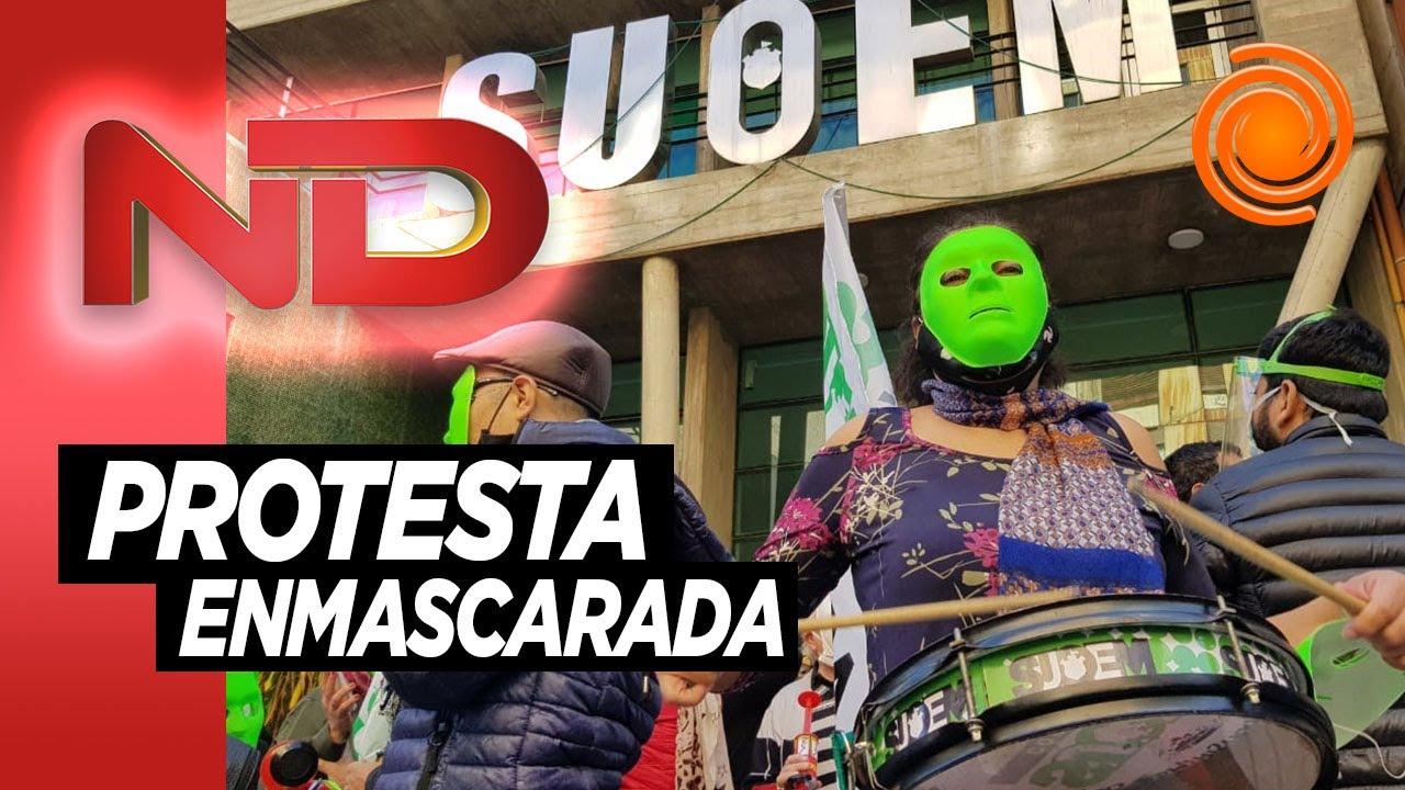La original protesta de los municipales de Córdoba legitimando la pandemia con el bozal