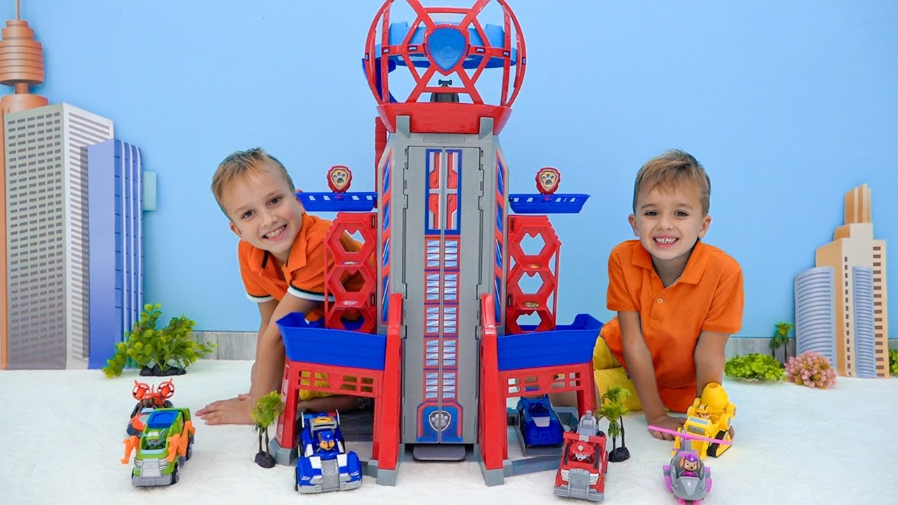 Влад и Никита играют с игрушками Щенячий патруль
