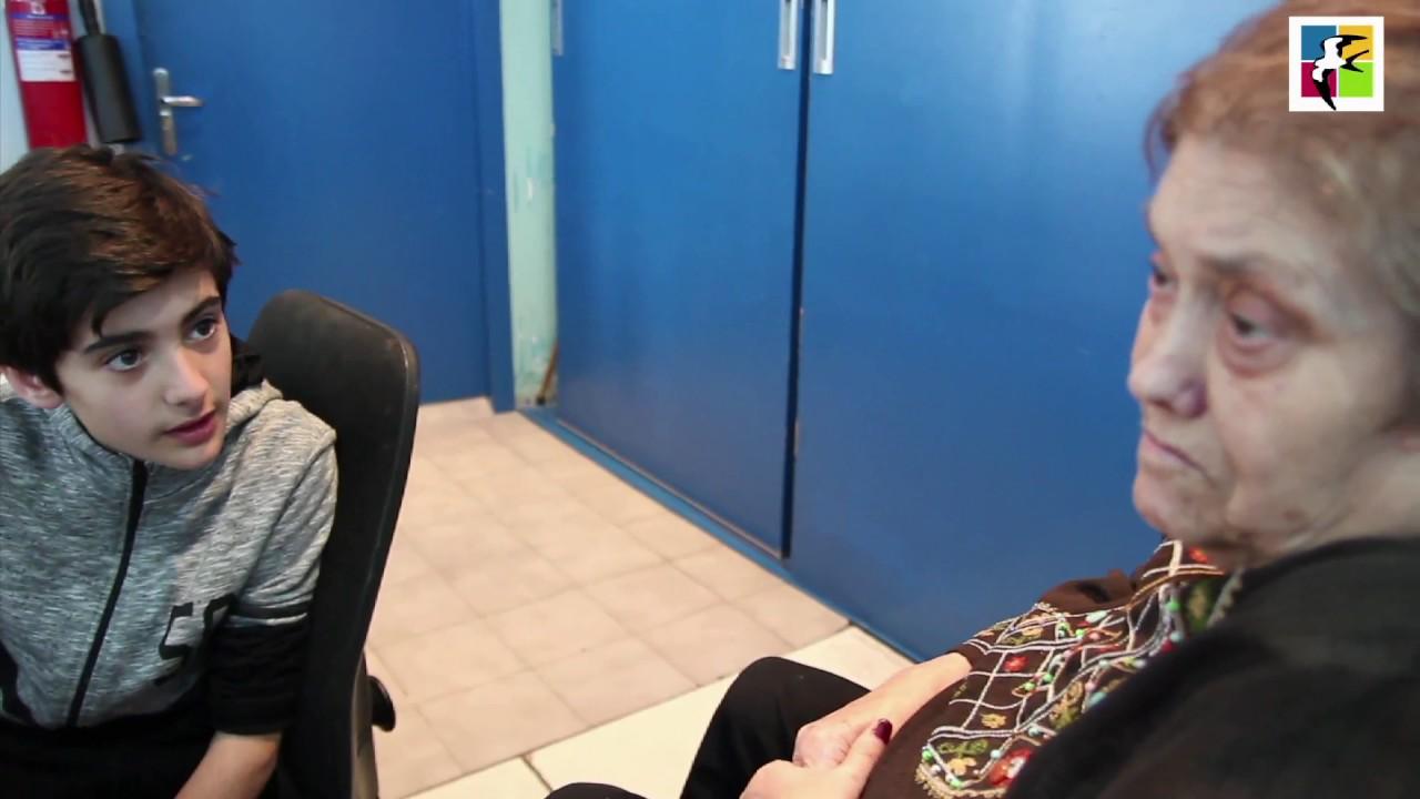 Nuestras amigas Montse, Rosa y familia nos envían, desde la bonita población de Esparraguera, un vídeo que merece estar, no solo en nuestra portada, si no en la portada de diarios, en los vídeos más virales y reconocido por nuestros gobiernos. Es de esos proyectos que todos deberíamos promocionar pero que nadie sabe porque, quizás por su temática, no alcanza la popularidad que se merece. Los niños y niñas de la Escola Cooperativa El Puig fueron a visitar a la gente mayor de la Residencia Can Comelles para conocer su presente que puede representar nuestro futuro. El contacto con las abuelas y abuelos que padecen algún tipo de demencia como el Alzheimer, descubriendo sus afectaciones, sus limitaciones y también sus posibilidades; conviviendo con ellas y ellos, compartiendo afectos juegos y recuerdos, nos hace reflexionar en qué cambios se han producido en cada uno de nosotros. Montse, a la cual le estamos muy agradecidos por hacernos llegar el vídeo, es una de las niñas que participaron en este proyecto espectacular que hoy queremos compartir con nuestros seguidores y seguidoras. Hemos de hacer mención especial a la Escola Cooperativa El Puig por tan impresionante iniciativa y a todos los que han hecho posible este proyecto.