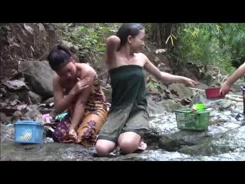 Gadis beliaia mandi di sungai