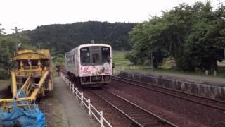 「花咲くいろは」ラッピング電車が、西岸駅を出発し、七尾方面へ向かう画像です.