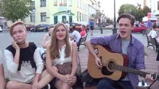 Слишком влюблен!!! - поет уличный музыкант в Бресте!!!