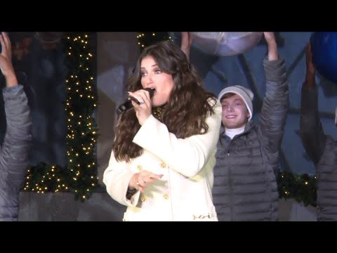 Idina Menzel - Show Yourself (Frozen 2) Live at Saks Fifth Avenue