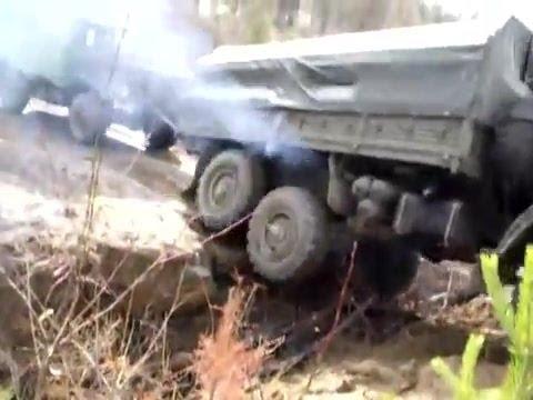 trucks moving deep hole   Камаз тащит Шишигу через глубокий ров