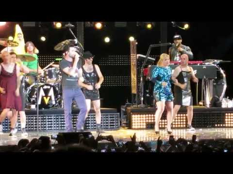 Maroon 5 featuring Kelly Clarkson - Moves Like Jagger - and pranked by Kelly's band