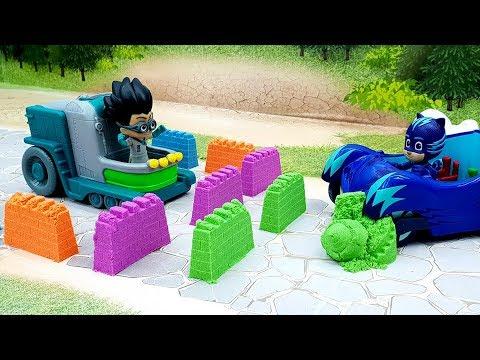 Мультфильмы про игрушки - Песочная война! Мультики с игрушками Герои в масках и песок Плей До.