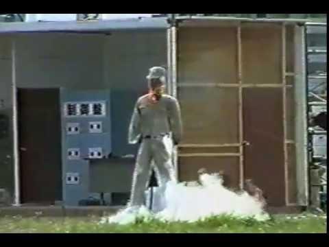 液化酸素での爆発 - YouTube