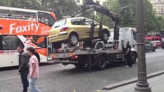 Así se lleva la grúa los coches en París ¿Para qué hacerlo fácil?