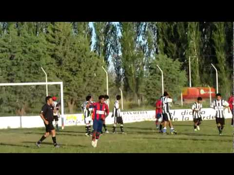 Gol de Néstor Epullán (At. Lamarque)