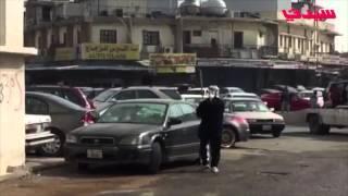 كويتي يحطم زجاج مركبات في الشارع