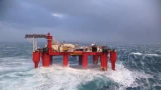Нефтяная платформа Шторм в океане