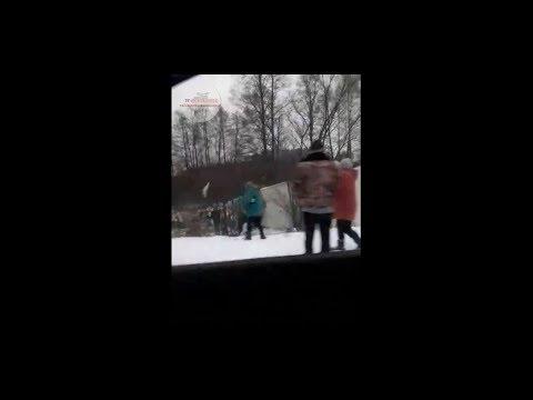 TVgolosnaroda: Грабят всем селом! Украинцы-мародеры напали на фуру после ДТП. Житомир