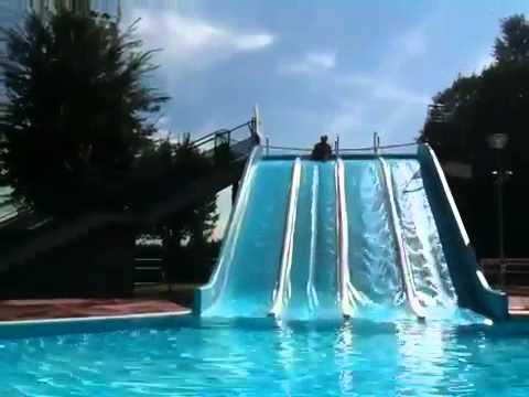 Tommaso sullo scivolo della piscina youtube - Orari piscina dalmine ...
