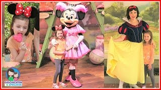 Ava umarmt Minnie Maus und Schneewittchen Disney World Florida 💕 Ava in Disney World Florida USA