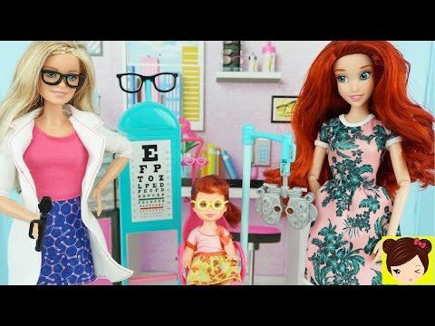 Bebe de Disney Ariel Necesita Gafas y Visita a Barbie Oculista - Historias con Mu�ecas Juguetes Titi