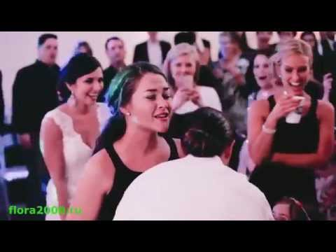 Как девушки ловят букет невесты )))