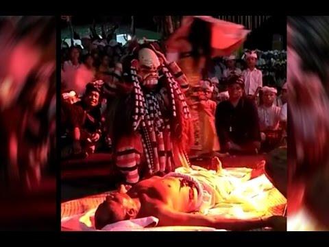 Tari Leak makan Mayat di kuburan saat Calonarang Gabos di Griya Bongkasa, seram!
