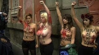 Repeat youtube video Femen invade protesto contra aborto em Madri
