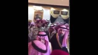 بالفيديو.. أمير الرياض يمازح أحد الشيوخ في وادي الدواسر بسؤاله عن الحلوى والفواكه