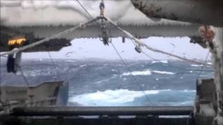 Охотское море, зима 2013 г. Средний рыболовецкий траулер морозильщик (СРТМ) Герои Даманского