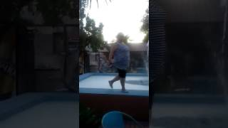 Толстушка Анна танцует, позитив на бассейне!