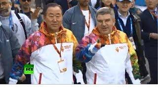 Генсек ООН и президент МОК пронесли олимпийские факелы