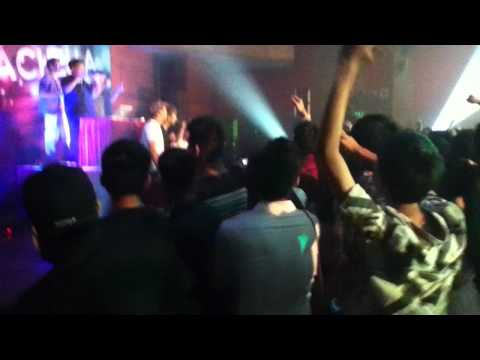 Em yêu ảo lòi-YANBI TÔ ft TMT and T-AKAYZ ( live performance at coachella night 2012 )