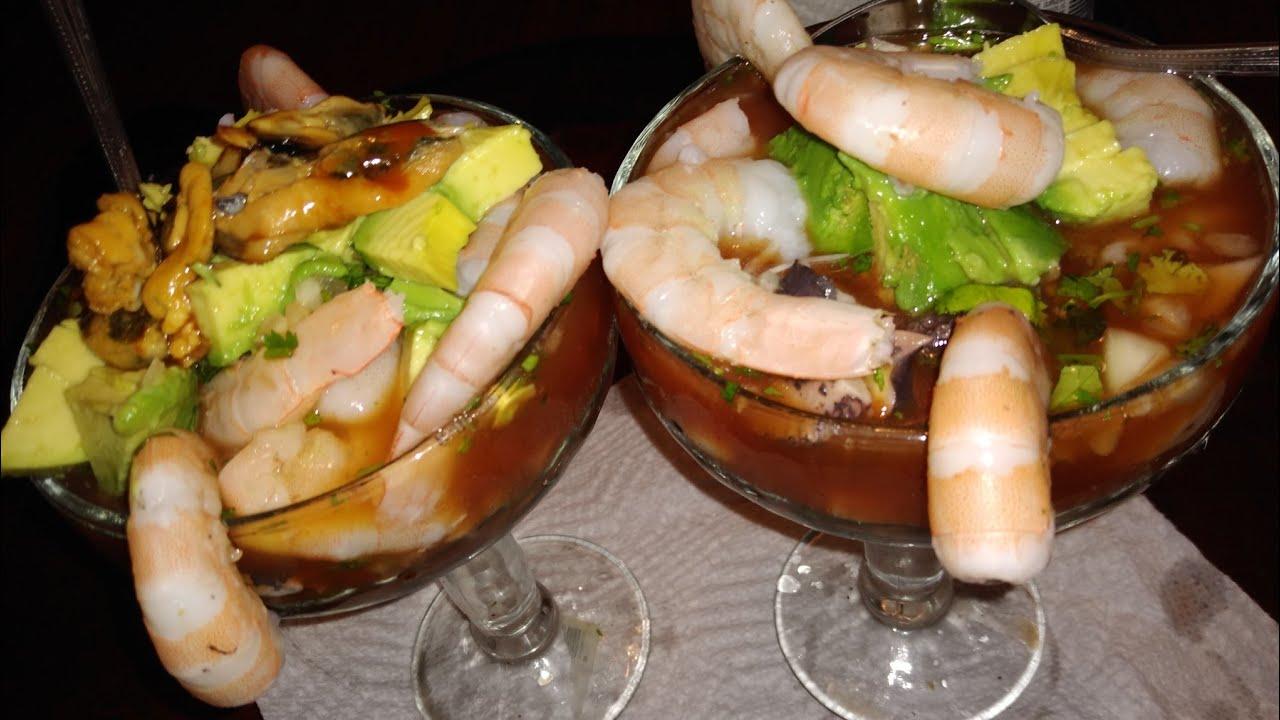 Preparando cóctel de Camarón con pulpo con salsa de cóctel casera
