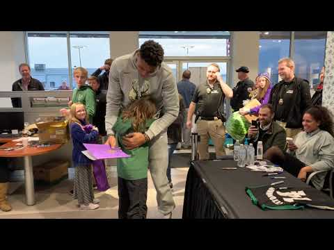 Bucks - Giannis Antetokounmpo moves young fan to tears in appreciation of her art