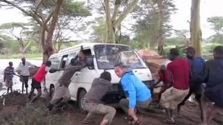 ケニアの主都から6時間、マサイマラ国立保護区に行く途中で車が泥濘(ぬ...