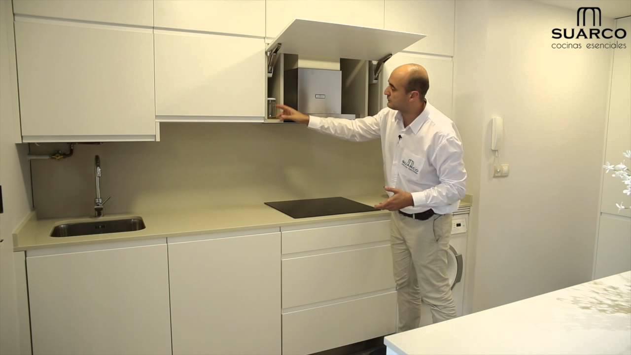 Cocina moderna blanca abierta al salon con isla central for Muebles de cocina suarco