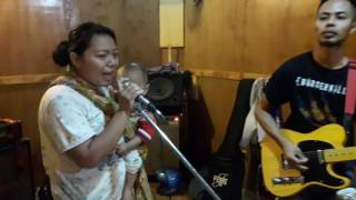 Download Video Ibu-ibu Rocker, Sambil gendong anak sambil nyanyi lagu Mel Shandy MP3 3GP MP4
