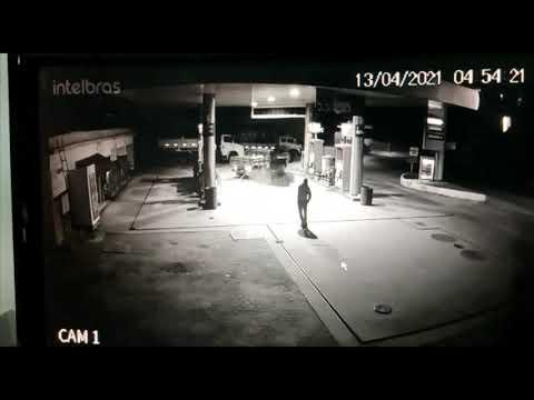 Bandidos arrancam cofre de posto de combustível e o arrastam pelas ruas