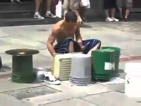 Cet homme offre un concert de fortune de qualité au brésil