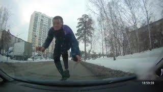 Нарколыга прыгает на машины и башней бьёт стёкла. Real video