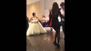 На свадьбе невеста сасёт член папы пряма у глазах