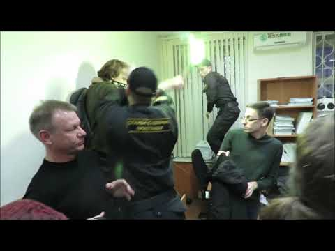 «Свободу Черному блоку!»: фаер в зале суда