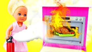 Штеффи готовит обед - Играем в ДОЧКИ-МАТЕРИ. Про Барби и Штеффи - Видео для девочек
