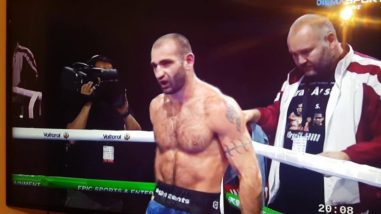 boxe: perde il match e picchia il suo allenatore(video)