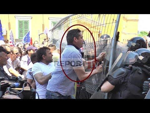 Report TV - Shtyn policinë me rrjetë metalike, lëndohet në kokë kryeredaktori i RD Bledi Kasmi