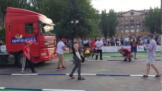 Валерий Газаев тянет фуру весом в 8 тонн