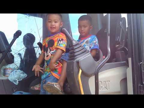 กังฟู กาฟิวส์  นั่งรถแม็คโครตักดินของจริง  ขุดสระตักดินใส่รถดั้มหกล้อ  Excavator CAT & Trucks & Kids