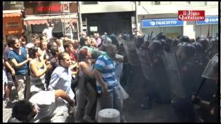 Napoli, tafferugli e scontri alla presentazione 'Noi con Salvini'