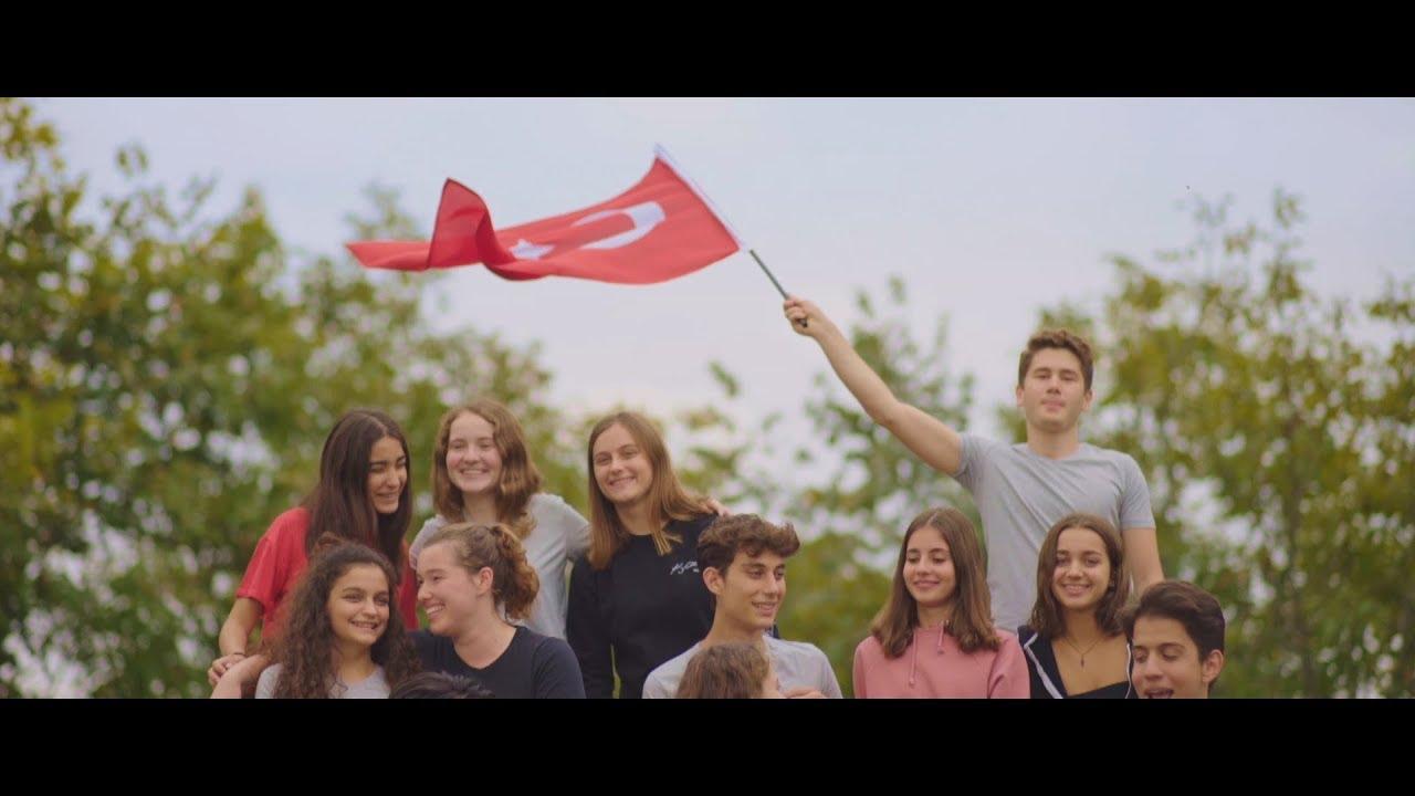 96 Yıldır, Cumhuriyetle Birdir Tüm Kalpler. Cumhuriyet Bayramımız kutlu olsun!🇹🇷 #CumhuriyetBayramı   AYRI GAYRI YOK BİZDE!  Bu sabah erken kalk uykundan. Bugün senin gerekiyor haykırman.  Atatürk'ün emaneti cumhuriyete, Gerekiyor dört elle sarılman.  Doğuda halaya, kuzeyde horona, El uzat birlikte cumhuriyet doğar.  Umutla her sabah konuştuğun her lafta,  Kutlanan her anda cumhuriyet.   Ayrı gayrı yok, yok bizde! Ayrı gayrı yok, yok bizde!   Emanet ettiğin geleceğiz biz. Eğitimle, bilimle, müzikle, sanatla,  Her daim ileriye bir hayalin peşinde, Koşuyoruz birlikte yüzüncü yıla.  Işığı aydınlatır her doğan güneşin. Sen hayal kur, gerçek olur.  Uzak yakın yok mesafeler, Cumhuriyetle birdir tüm kalpler.