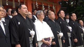 大相撲九州場所を前に博多の住吉神社で大勢の相撲ファンらが見守る中、...
