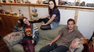 видео: Студенты обыскивают комковатый, старый диван и делают потрясающее открытие