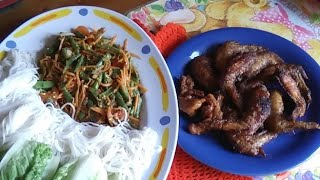 กินตำถั่วไก่ทอดeat Thai fried chicken wings with noodles spicy longbean salad